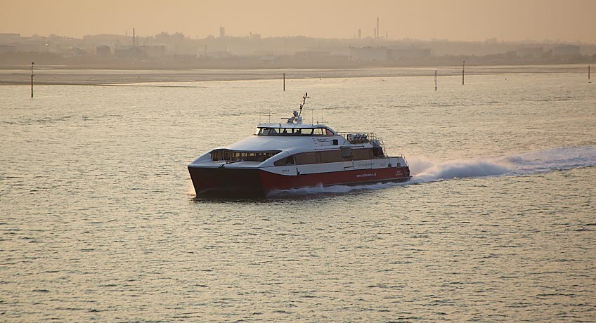 Red Jet 4 nearing Calshot