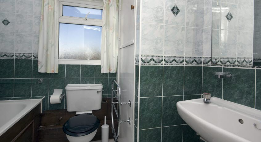Ventnor Holiday VIllas apt bathroom,  Ventnor Isle of Wight